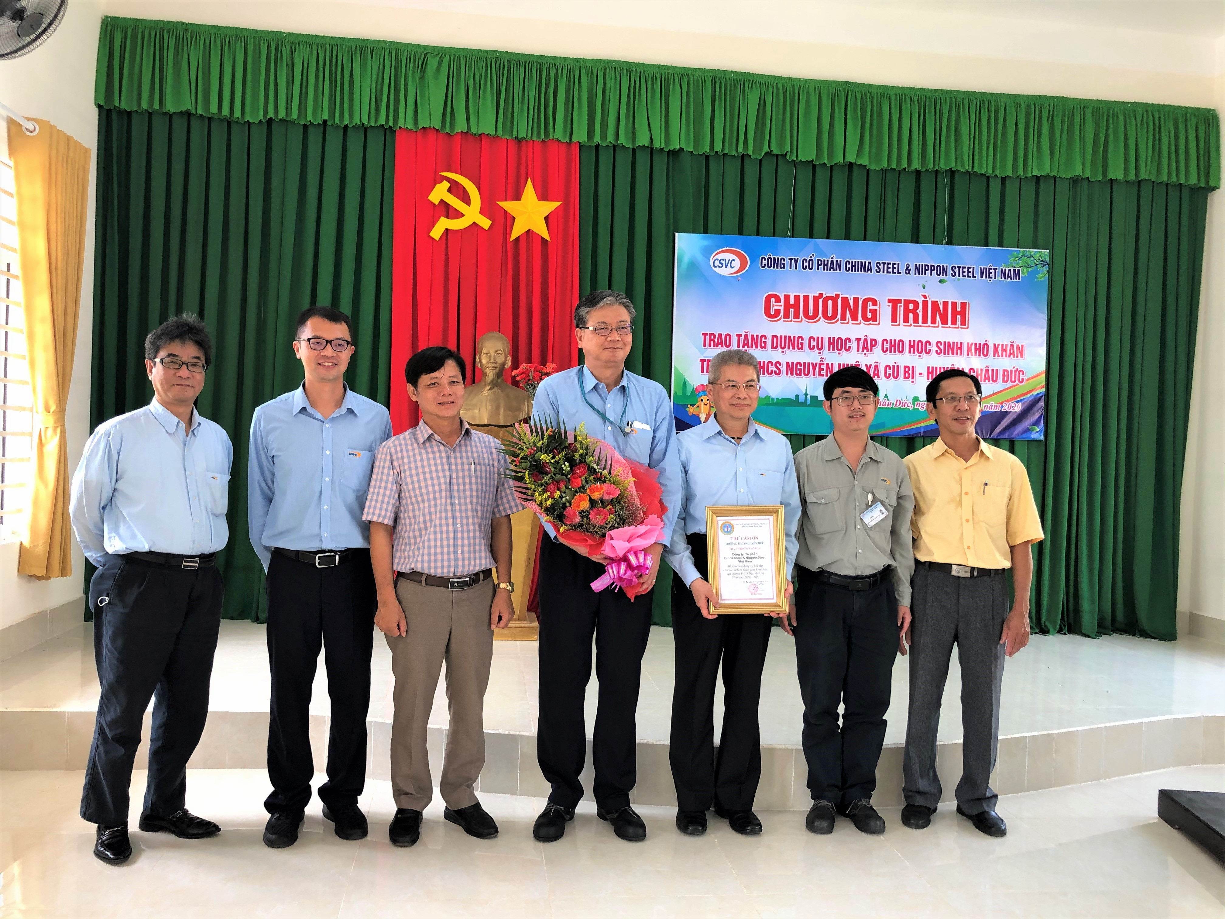 GIVING STATIONERY FOR STUDENTS WITH DIFFICULT CIRCUMSTANCE AT NGUYEN HUE SECONDARY SCHOOL, CU BI COMMUNE, CHAU DUC DISTRICT