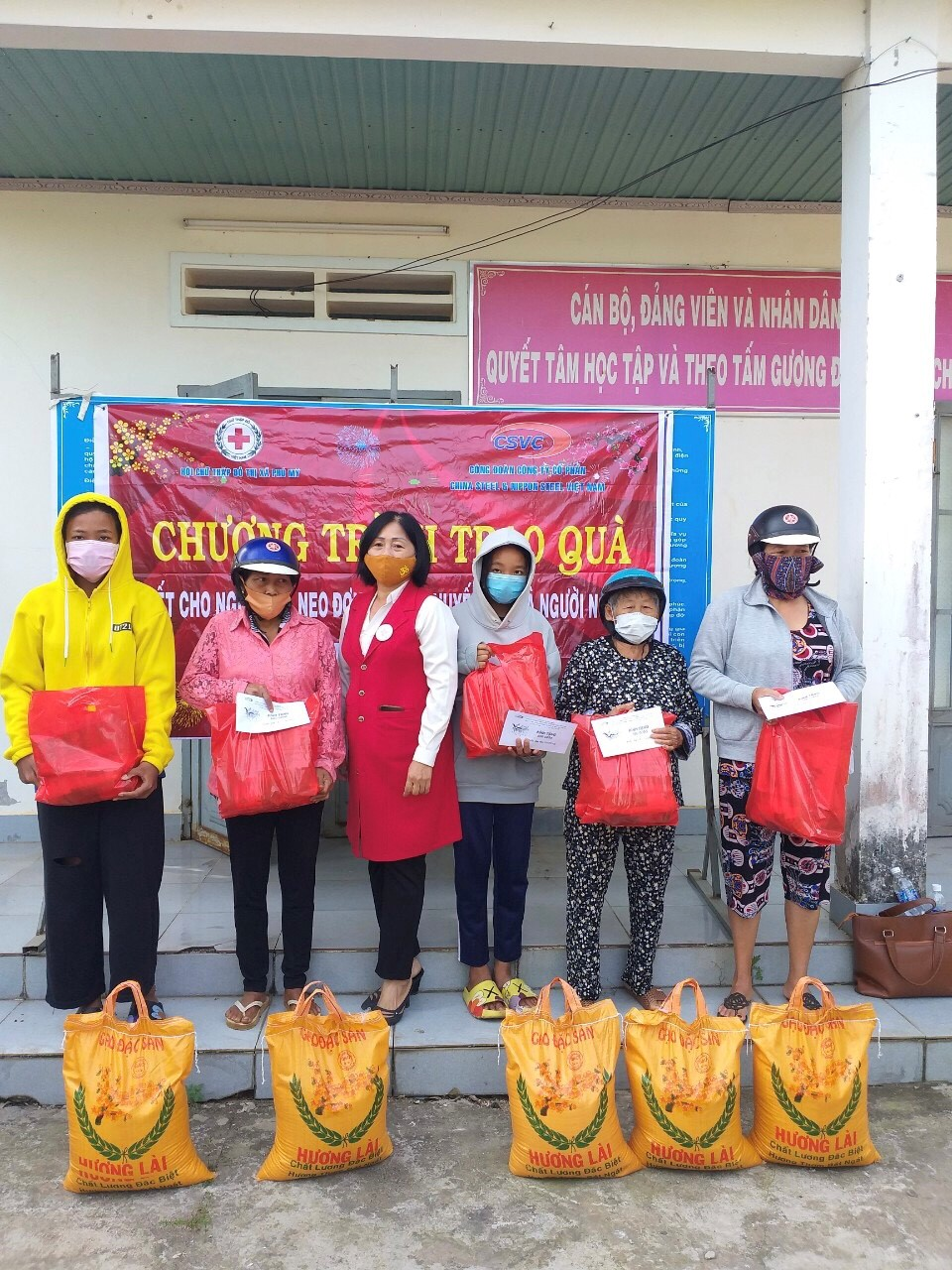 GIVING GIFTS FOR TO PEOPLE IN DIFFICULT CIRCUMSTANCES ON THE OCCASION OF 2021 LUNAR NEW YEAR